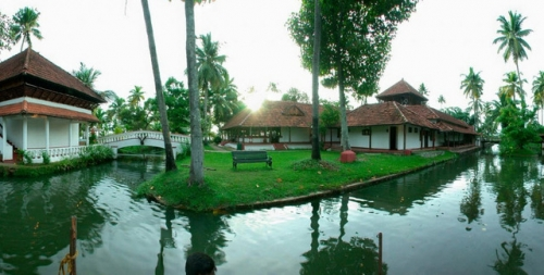Coconut Lagoon - Organic Food with Cooking Classes and Kerala back Waters