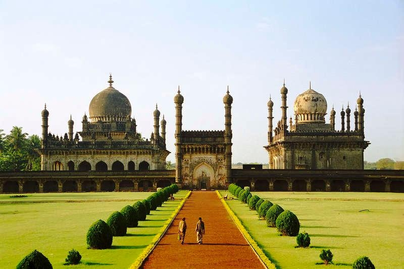 Bijapur Gol Gumbaz Tourist Guide - Highest Dome & Acoustics World Wonder