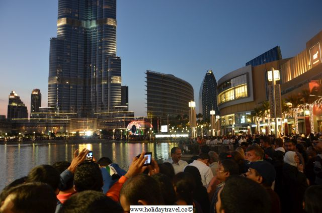 CrowdsInDubaiMall_Looking_at_burjKhalifa2