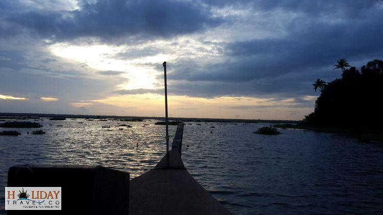 Kumarakom-Sailing-Through-Backwaters