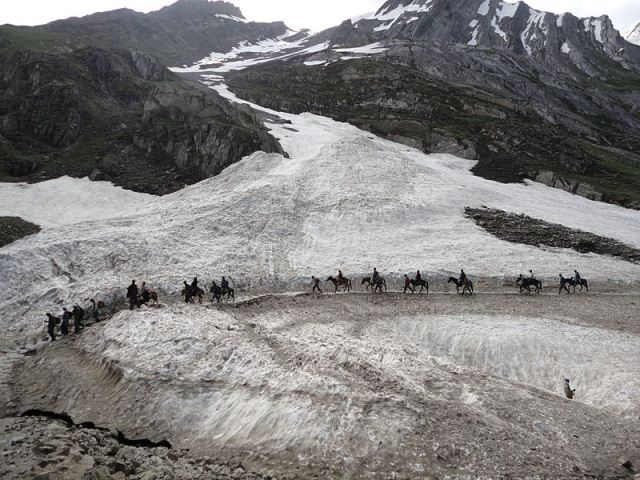 Pilgrims_Riding_on_Ponies_on_the_way_to_Amarnath