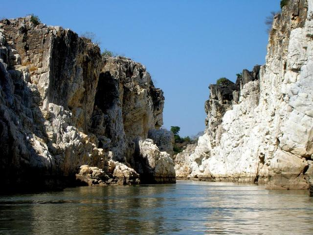 Famous_Marble-rocks--bhedaghat