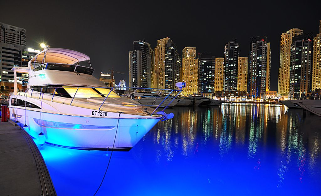 yacht ride at night in dubai